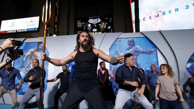 Jason Momoa realiza el haka en la alfombra roja de 'Aquaman'
