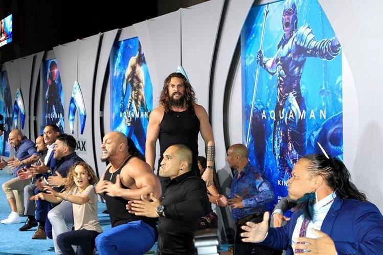 01 Jason Momoa realiza el haka en la alfombra roja de Aquaman