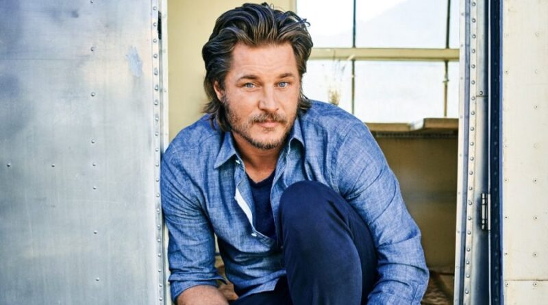 Travis Fimmel ('Vikings') será protagonista de 'Raised by Wolves' de TNT