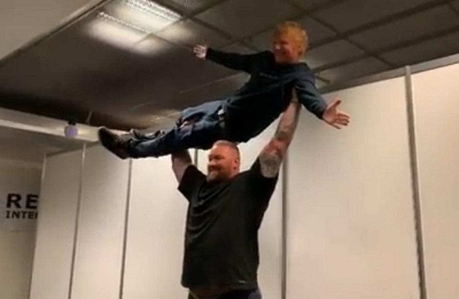 """""""La Montaña"""" de Juego de Tronos se ejercitó levantando a Ed Sheeran"""