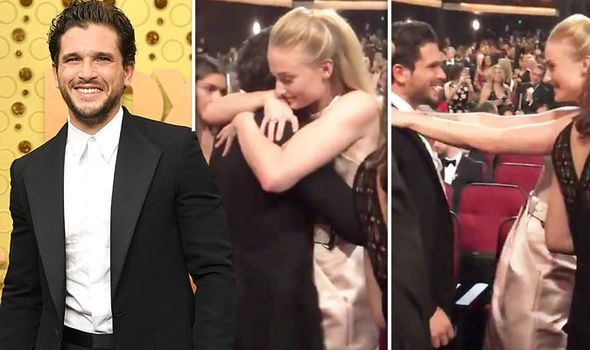 Sophie Turner y Kit Harington, momento emotivo de Emmy 2019