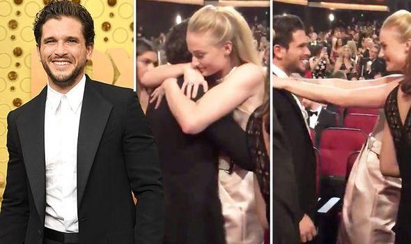 Sophie Turner y Kit Harington, momento emotivo de Emmy 2019